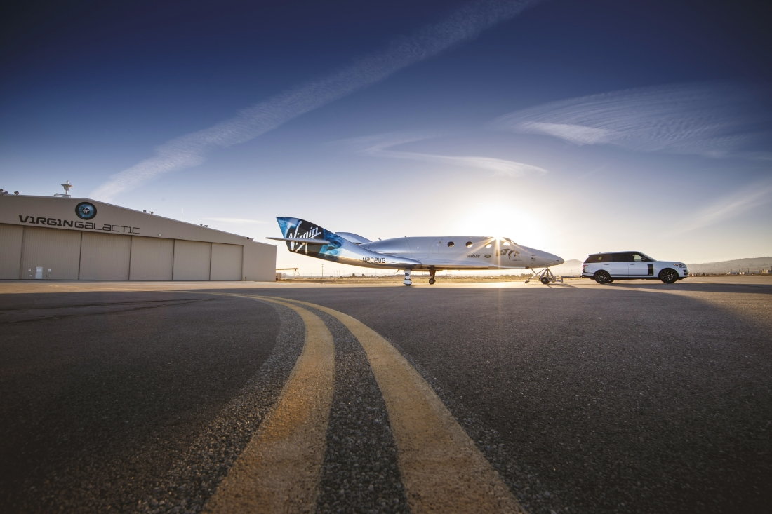 Le Range Rover Autobiography pose avec le SpaceShipTwo - Photo n°1