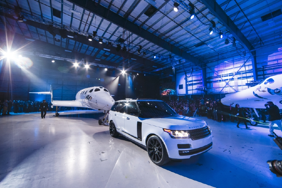 Le Range Rover Autobiography pose avec le SpaceShipTwo - Photo n°11
