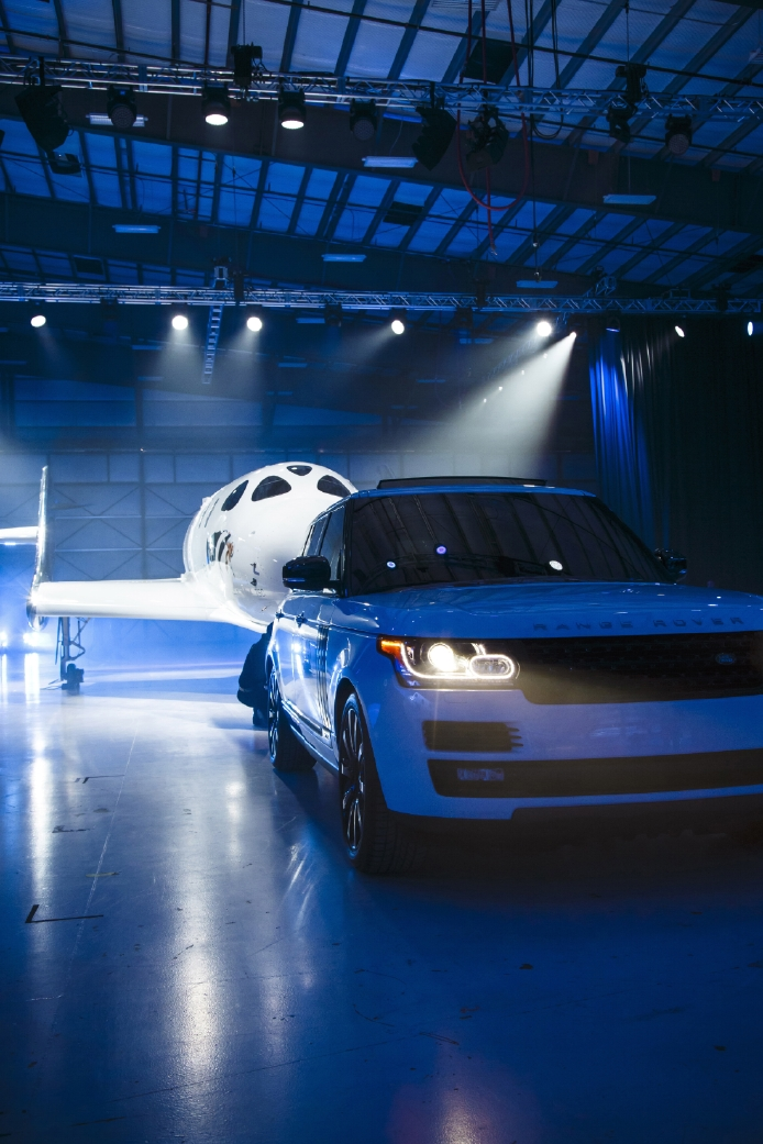 Le Range Rover Autobiography pose avec le SpaceShipTwo - Photo n°15