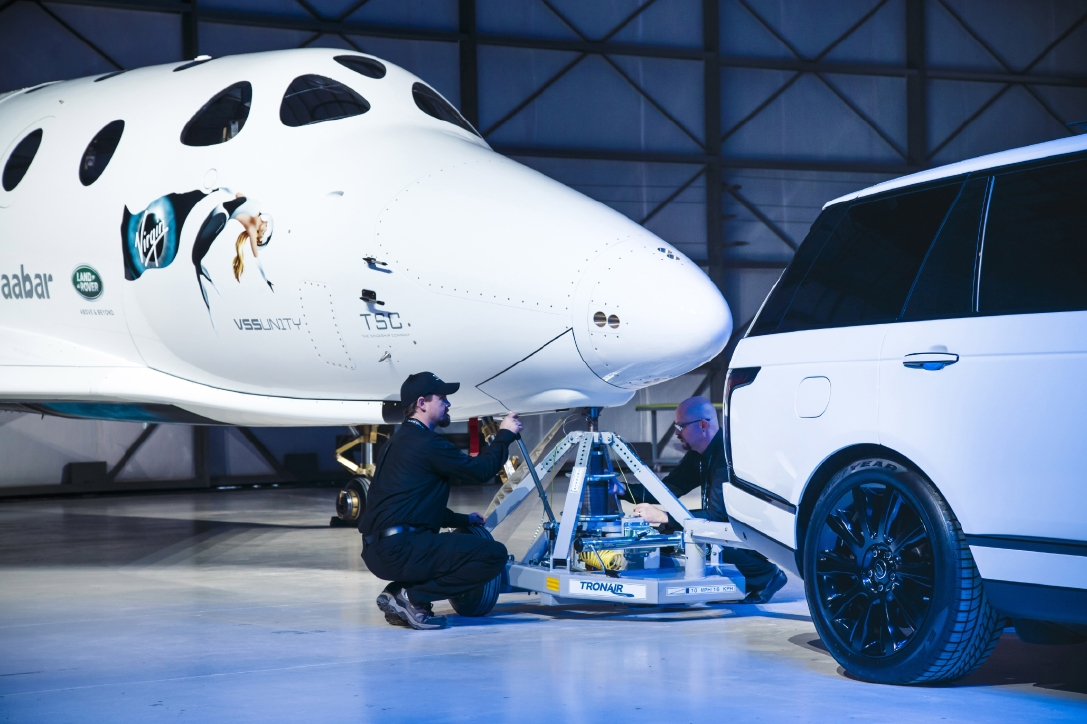 Le Range Rover Autobiography pose avec le SpaceShipTwo - Photo n°17