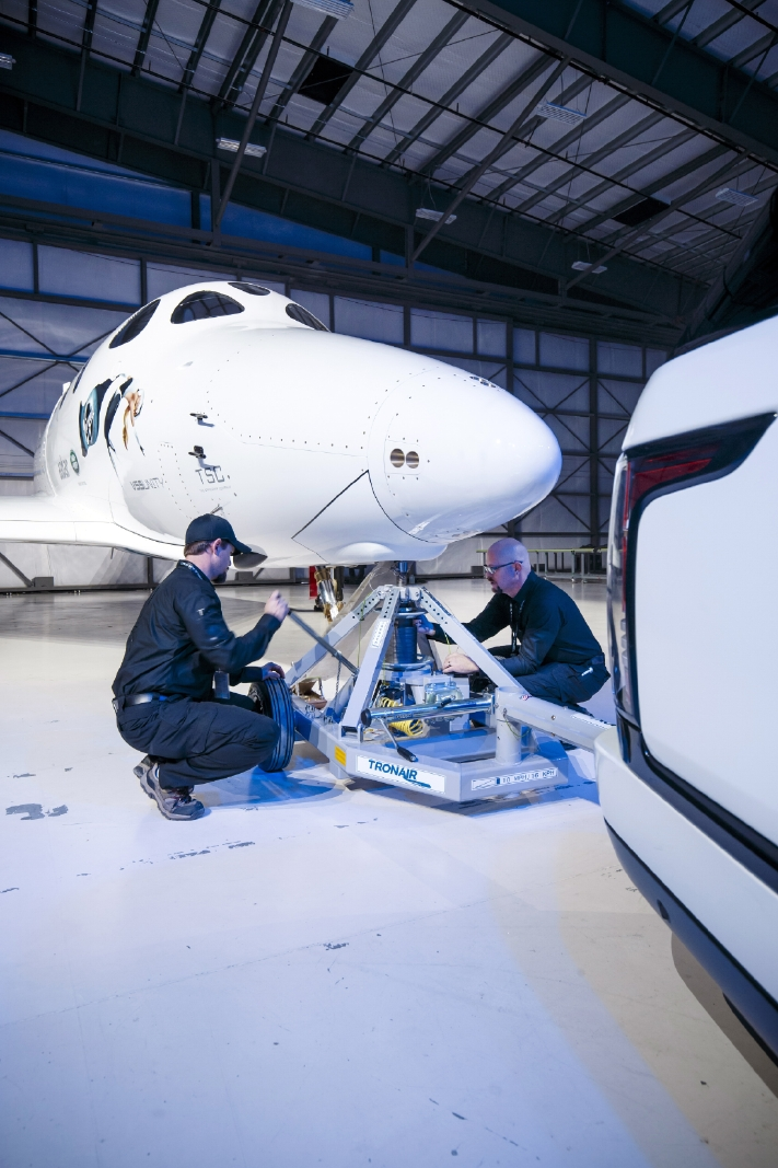 Le Range Rover Autobiography pose avec le SpaceShipTwo - Photo n°18