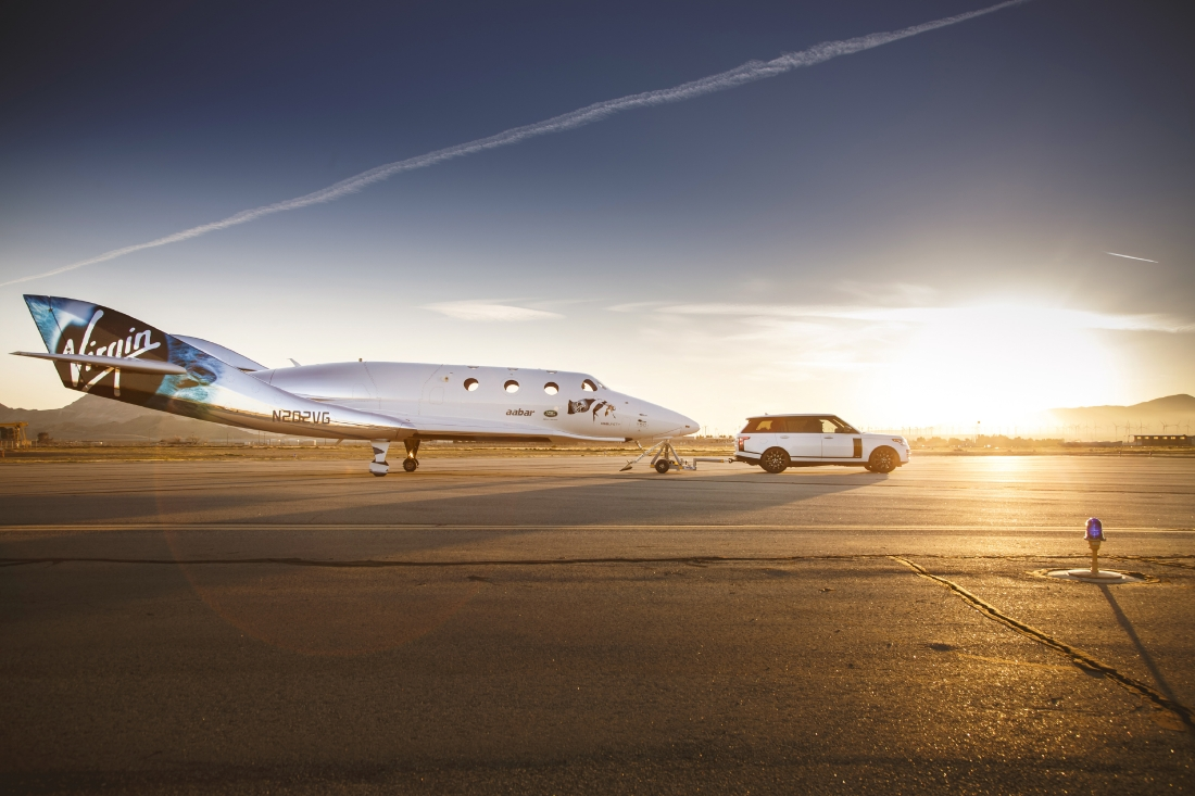 Le Range Rover Autobiography pose avec le SpaceShipTwo - Photo n°3