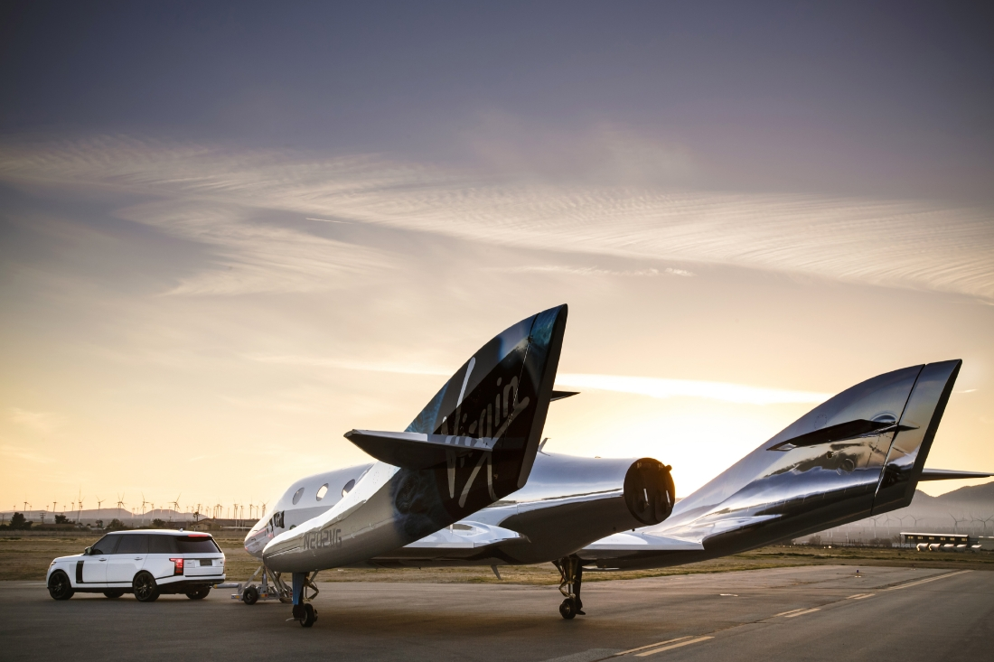 Le Range Rover Autobiography pose avec le SpaceShipTwo - Photo n°4