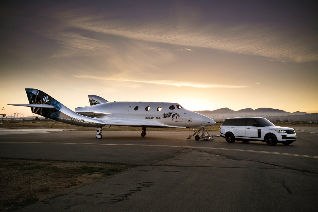 Le Range Rover Autobiography pose avec le SpaceShipTwo - Photo n°5