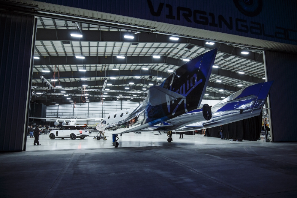 Le Range Rover Autobiography pose avec le SpaceShipTwo - Photo n°7