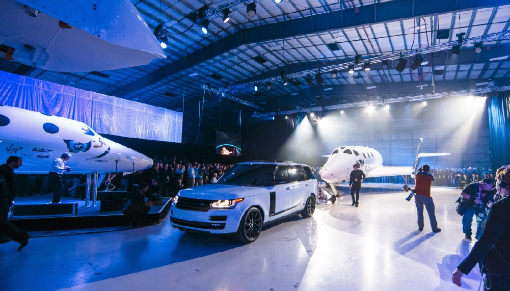 Le Range Rover Autobiography pose avec le SpaceShipTwo - Photo n°10