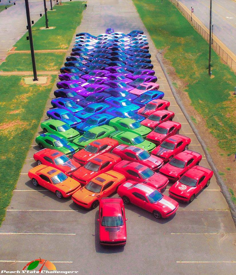 Un arc-en-ciel en Dodge Challengers ! - Photo n°4